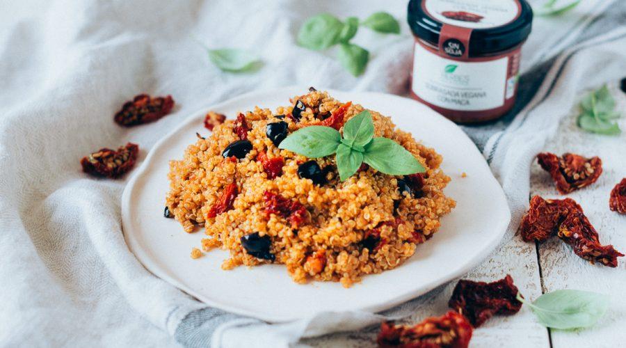 Quinoa amb tomàquets secs i sabrosada vegana