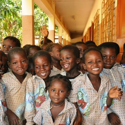 Nens i nenes de Burkina Faso contents i rient.